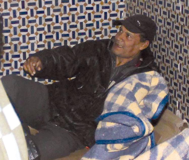 قصة أستاذ ينام مع المتشردين بشوارع طنجة بعد 19 سنة من التدريس