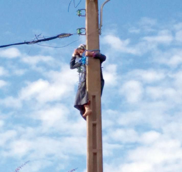 امرأة مسنة تصعد عمودا كهربائيا أمام ابتدائية القنيطرة وتحاول الانتحار