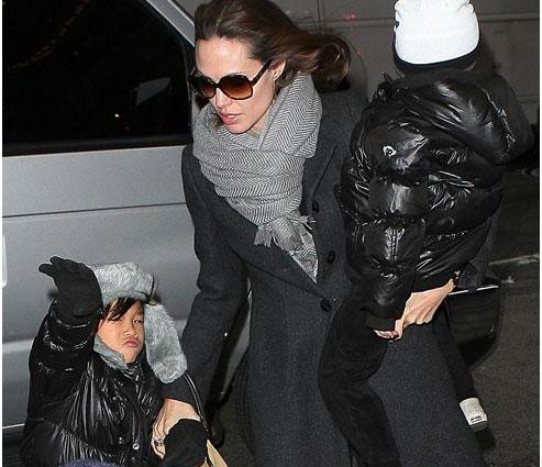 أنجيلينا جولي تأخذ أولادها لمشاهدة ماري بوبين في نيويورك