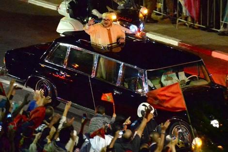 الملك يحل بالداخلة والآلاف يخصصون له استقبالا حارا