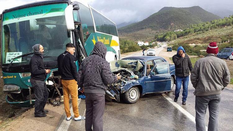 نجاة مسافرين بعد اصطدام حافلة وسيارة بين تطوان وشفشاون