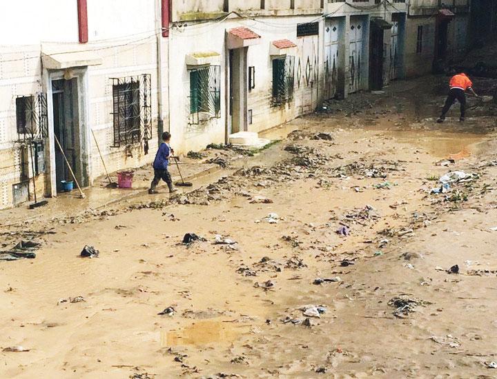 سكان تطوان يواجهون مخلفات الفيضانات في غياب مجلس ادعمار