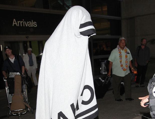 كاتي بيري تختبئ من عدسات البابارازي بفوطة من شانيل عند خروجها من المطار