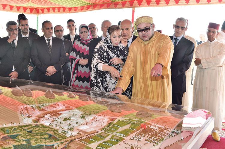 الملك يستكمل بالعيون وطرفاية إطلاق برنامج تنمية المناطق الجنوبية