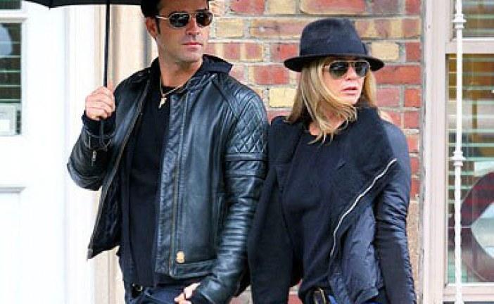 جينيفر أنيستون وزوجها يرتديان ملابس متشابهة