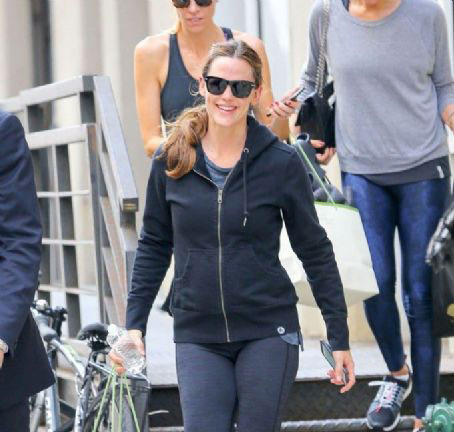 جينيفر غارنر أثناء خروجها من نادي الرياضة رفقة صديقاتها