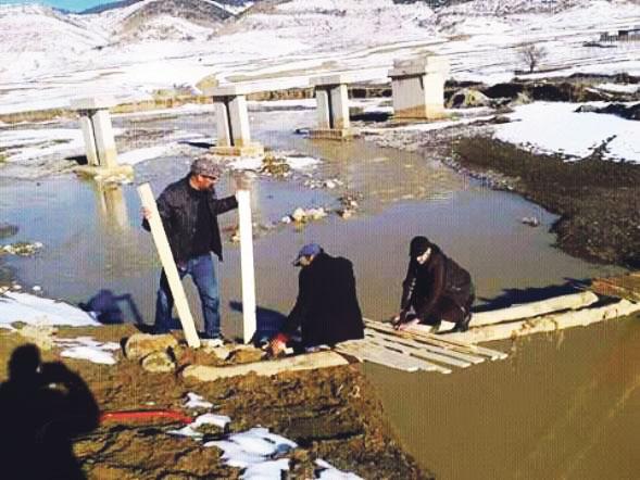 مدرسون ينوبون عن وزارتي التجهيز والتعليم في تشييد جسر لمرور التلاميذ ببولمان
