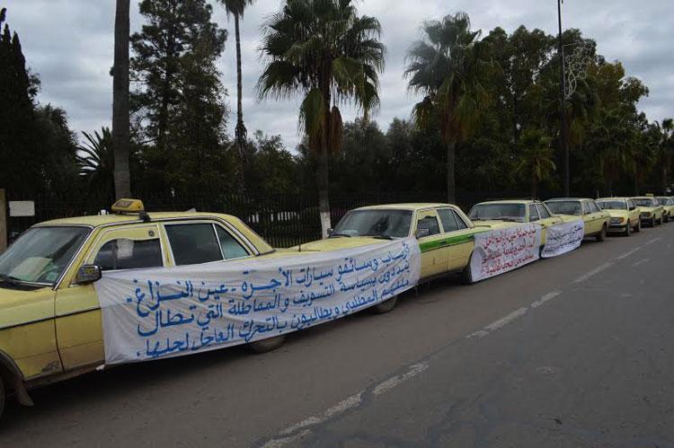 سائقو سيارات الأجرة بسطات يبيتون في العراء للمطالبة بتسوية وضعية مأذونياتهم