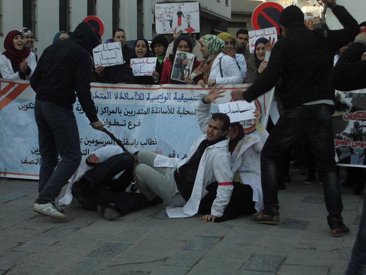 أساتذة الغد يجسدون بتطوان تعامل الحكومة مع احتجاجاتهم السلمية بالعنف المفرط