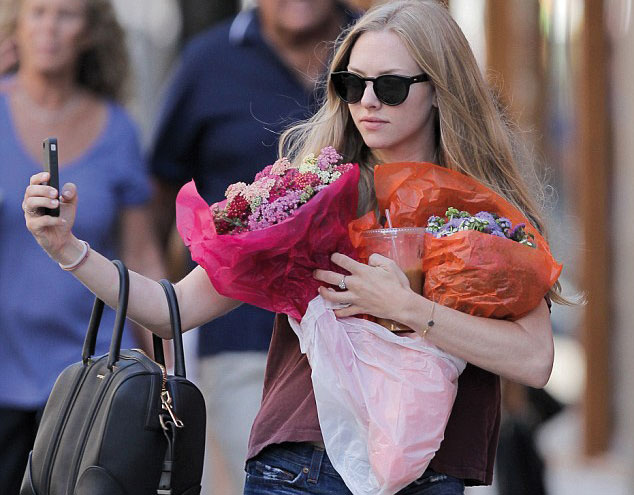 أماندا سيفرد تشتري باقتين من الورود لنفسها وتأخذ سيلفي معهما