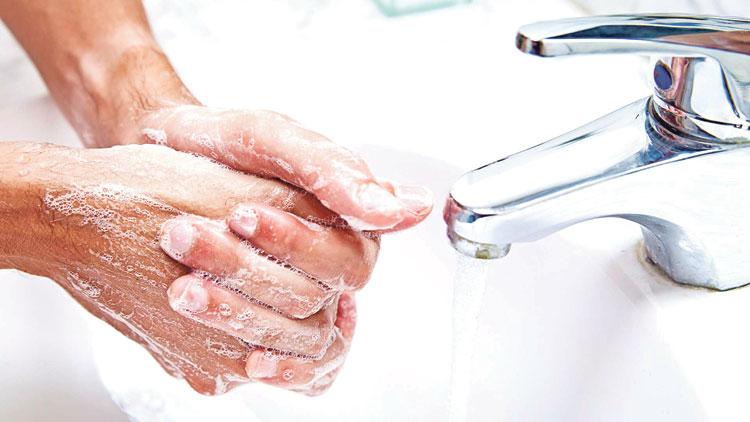 هذه مخاطر استعمال الصابون ومعجون الأسنان والشامبو والمناديل المبللة
