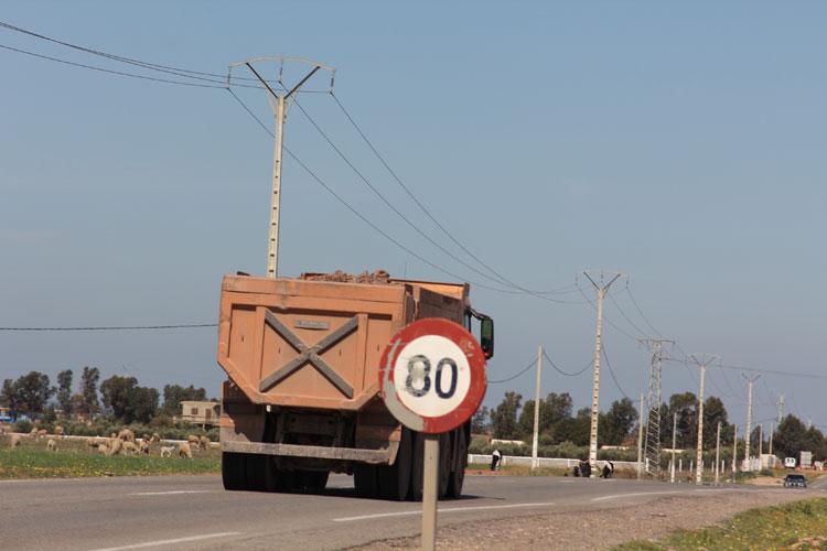 شاحنات نقل الأتربة ببرشيد تهدد سلامة المواطنين والبنية التحتية