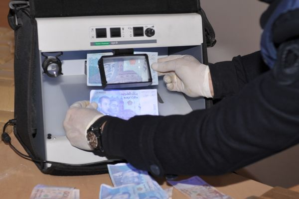 إيقاف شخصين يروجان أوراقا مالية مزورة بإقليم سطات