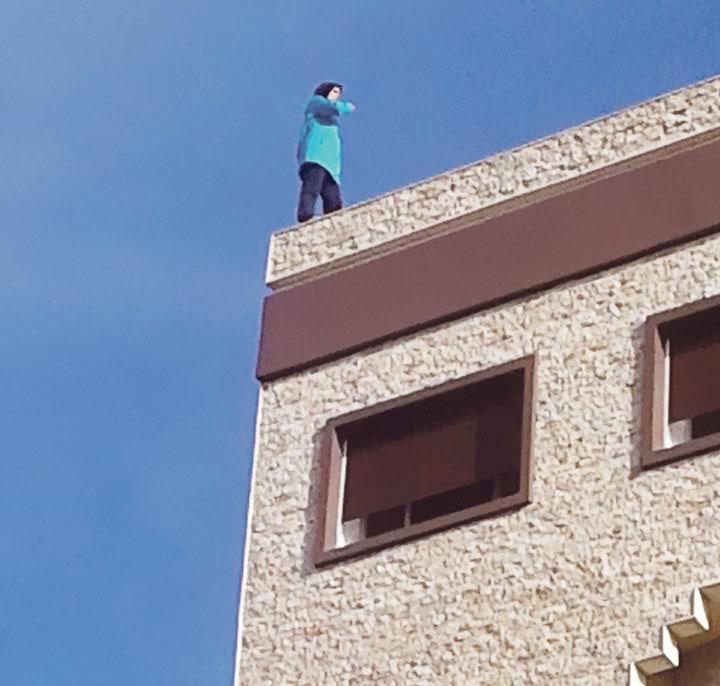إنقاذ زوجة حاولت رمي نفسها من سطح عمارة بسبب خلافات أسرية