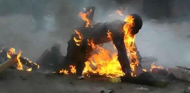ظهور «فيديو» يوثق عملية إحراق سائقسائق «طاكسي» لجسده بطنجة