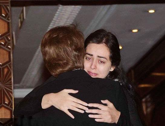 هبة مجدي منهارة في عزاء والدها