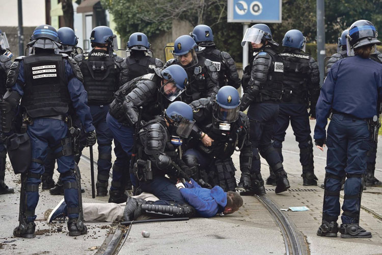 رقعة الغضب الشعبي تتسع في فرنسا وشوارع باريس تشتعل ضد الحكومة