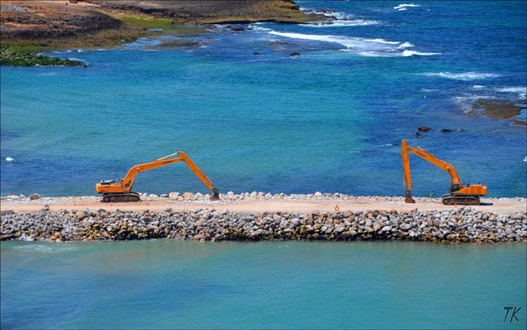 انجراف ملايين الأطنان من أحجار الحاجز يفضح الغش في بناء ميناء آسفي
