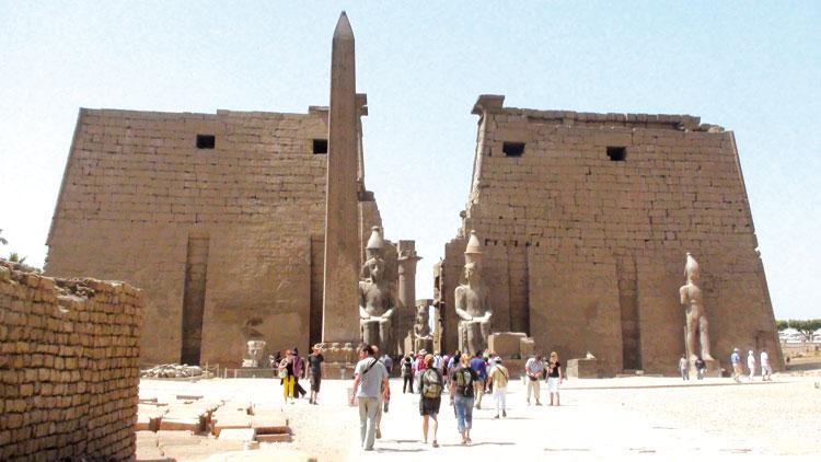 الأخبار تدخل عالم البحث عن الكنوز بالأقصر المصرية والتعاويذ المعتمدة للظفر بملايين الدولارات