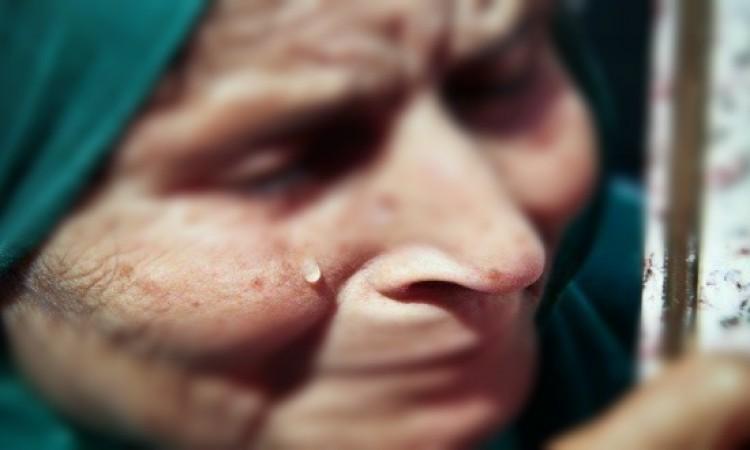 عجوز تكشف التحايل عليها بتوقيع وثيقة للتنازل عن متابعة متهمين بقتل ابنها القاصر
