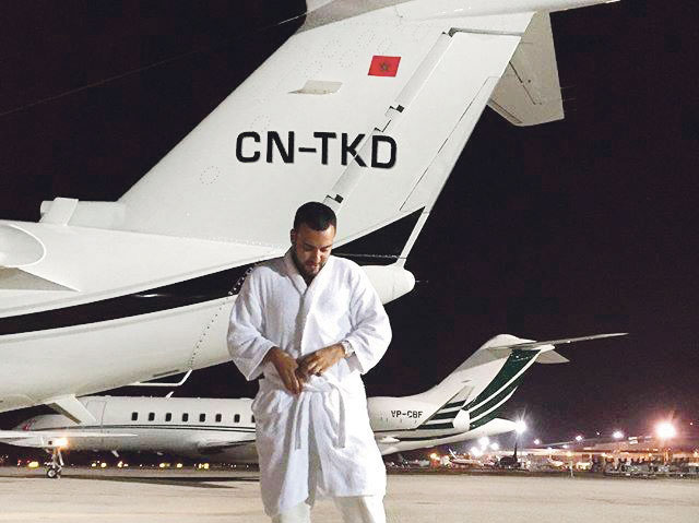 فرينش مونتانا يلهب «فايسبوك» وهو يدخن «جوان» في قمرة قيادة طائرة حطت بالمغرب