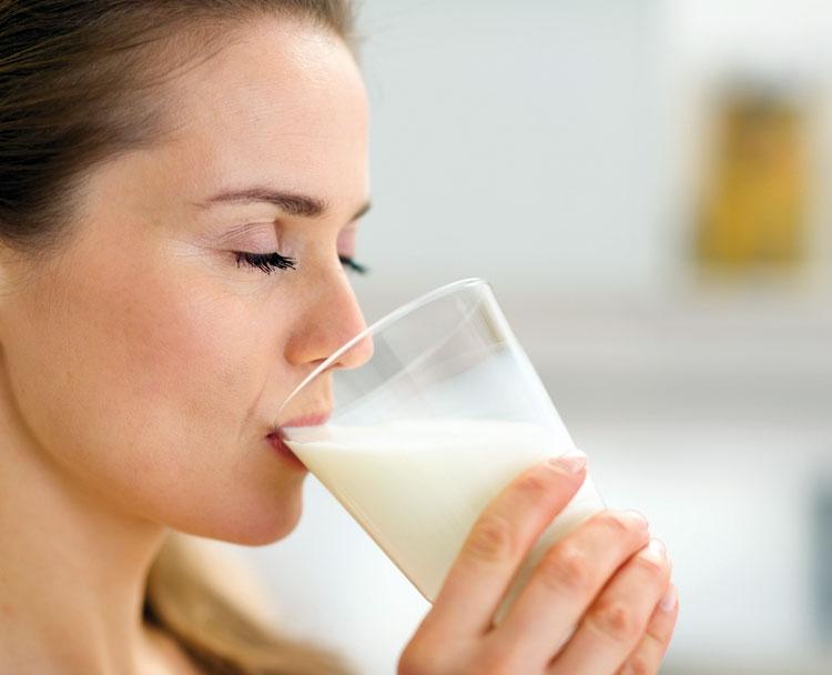 تناول كوب من الحليب قبل النوم يهدئ الأعصاب ويقودك إلى عالم الأحلام بسهولة
