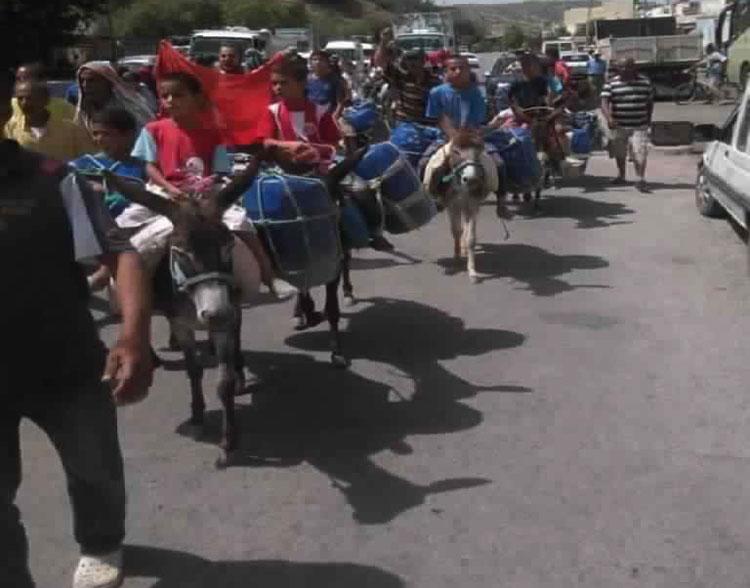مسيرة احتجاجية بالحمير للمطالبة بالماء الشروب في قرى تاونات