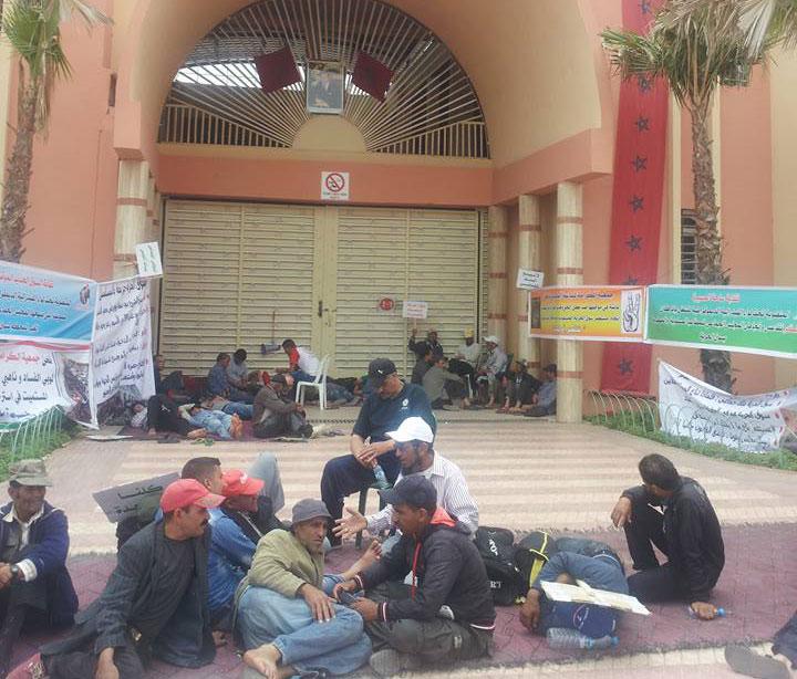 تجار بإنزكان يبيتون في العراء أمام سوق الحرية