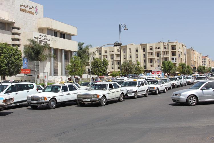 احتجاجات لسائقي سيارات الأجرة الكبيرة ببرشيد على مسؤول أمني بسطات