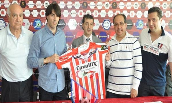 المغرب التطواني يطالب مدربه الإسباني أمام الـ«فيفا» بـ 168 مليونا