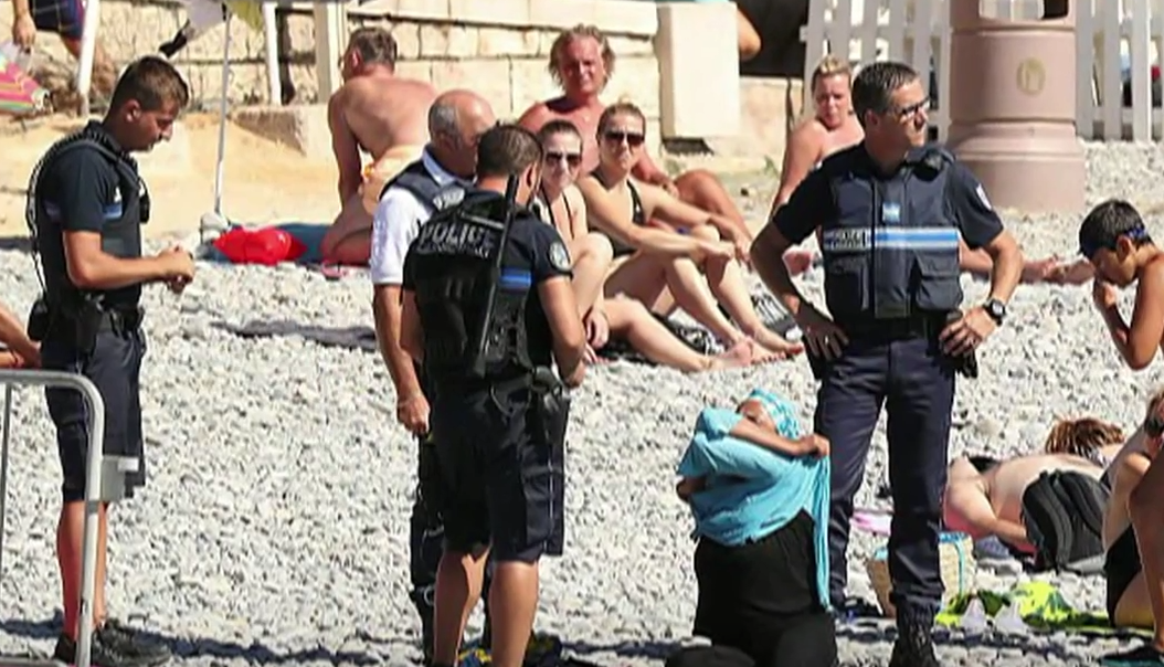 الشرطة تجبر امرأة متحجبة على التعري في شاطئ البحر