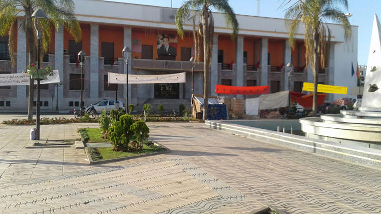 باعة متجولون وعمال نظافة يخوضون اعتصاما مفتوحا أمام بلدية القنيطرة