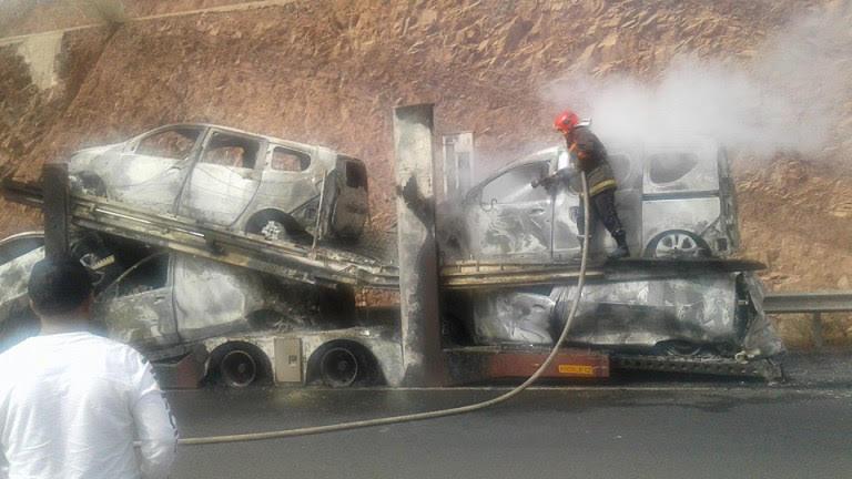 النيران تلتهم سيارات جديدة في الطريق السيار بين مراكش وأكادير