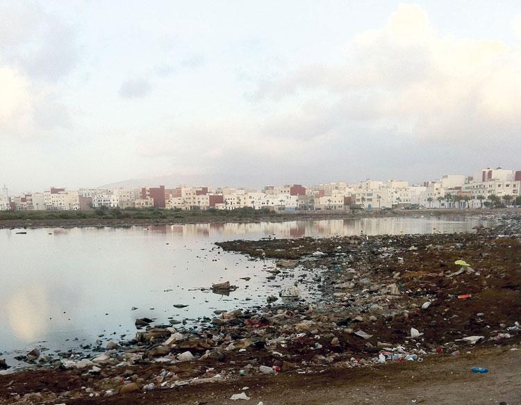 «الدرع الميت» لوادي مرتيل.. آلاف السكان يجاورون مصبا للصرف الصحي والمياه الملوثة