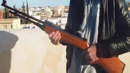 مطاردة بوليسية لمهاجر مغربي روع القصر الكبير ببندقيته تنتهي بانتحاره بعد أن أفرغها في رأسه