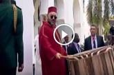 الملك محمد السادس يدق على الطبل في مشهد رائع بتنزانيا