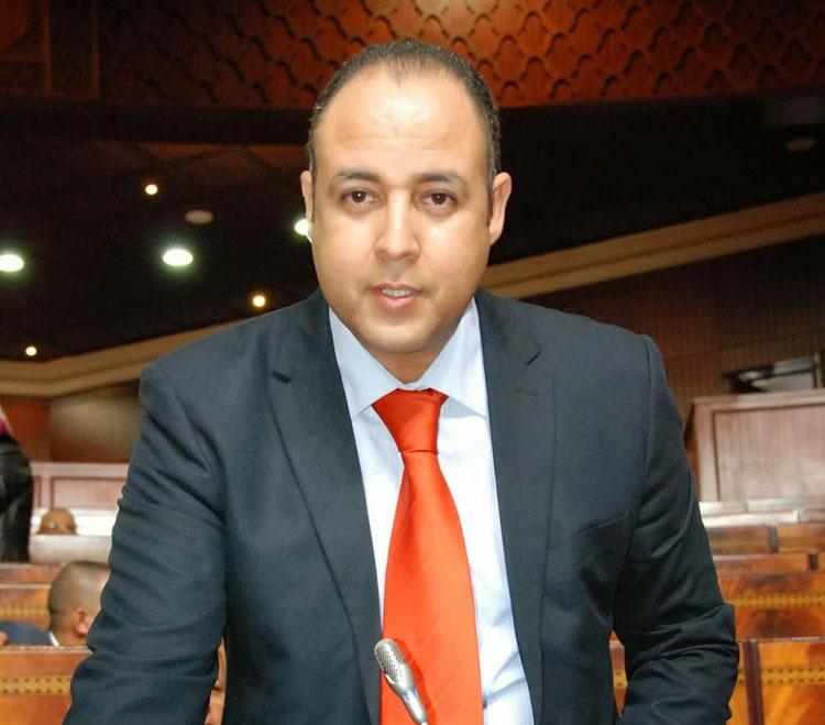 عادل بنحمزة يهاجم الصحافيين والسياسيين