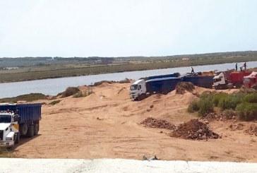 اتهامات لسلطات القنيطرة بالتستر على نافذ ضبط متلبسا بسرقة الرمال بشاطئ المهدية