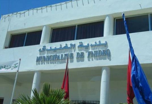 المعارضة بالفنيدق تحرج الرئيس بموضوع احتلال الملك العمومي «الراقي» من طرف أعضاء بـ«البيجيدي»