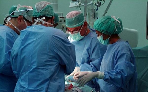 إغلاق قسم الجراحة بمستشفى سيدي سليمان يُنْعِشُ «الحركة» بإحدى المصحات الخاصة