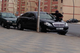 العثماني يغسل سيارة رئيس الحكومة المصفحة التي تساوي 600 مليون في الشارع العام