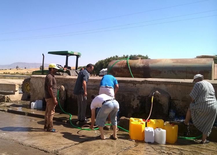 مواطنون يبحثون عن مياه عذبة بضواحي فاس بدل مياه الصنابير المالحة والمشبعة بالرصاص والكلور