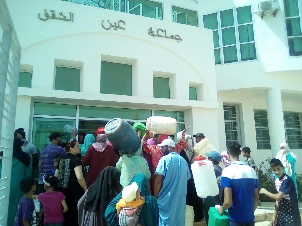 نساء قرويات بضواحي فاس يحملن عبوات مياه فارغة ويقتحمن مقر جماعة والرئيس يلوذ بالفرار