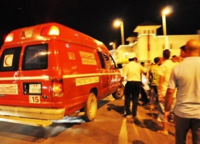 سيارة إسعاف تنقل مريضا صوب الشباك «الأتوماتيكي» بطنجة في حالة حرجة لاستخراج مبلغ مالي مقابل نقله نحو المستشفى