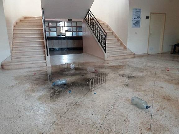 """مواطنون ببلدة سبع عيون بنواحي مكناس يهاجمون البلدية ويفرغون مياه """"الواد الحار"""" في مقر الجماعة"""