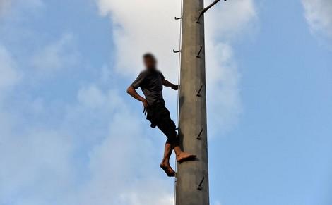 شاب من ذوي السوابق يهاجم منتخبي الهرهورة من أعلى لاقط هوائي ويهدد بالانتحار