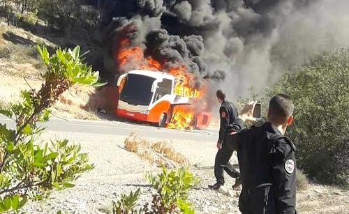 حالة استنفار بسبب احتراق حافلة تقل أمنيين بمدخل الحسيمة