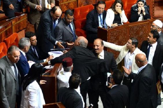 """برلماني من العدالة والتنمية """"يسلخ"""" باشا الفقيه بن صالح داخل مكتبه"""