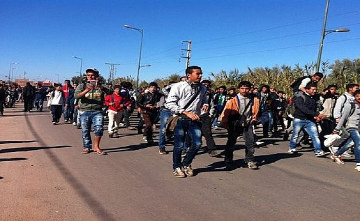 عشرات التلاميذ يقطعون 38 كيلومترا في مسيرة احتجاجية ضد الاعتداء على زميلتهم ويعتصمون أمام مقر عمالة قلعة السراغنة