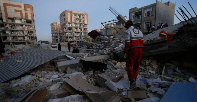مئات القتلى وآلاف الجرحى نتيجة زلزال ضرب إيران والعراق